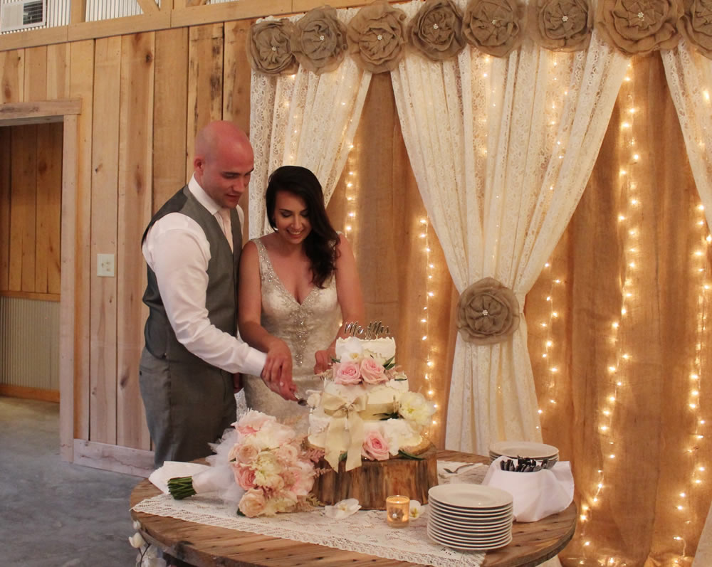 kentucky weddings and receptions on farm - couple cutting cake